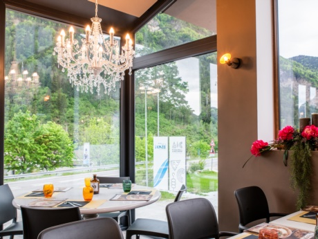 Die Veranda des Restaurants Pizza Grill & Maccaroni in Arta Terme